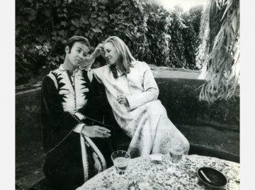 Arndt von Bohlen und Halbach mit seiner Frau Hetty von Auersperg Ende 1960er Jahre in Hippie-Kluft.Foto: WAZ