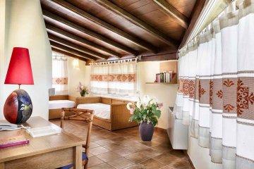 Cruccuris Resort hat eine typische mediterrane Architektur, und die warme und erdige Farben, sind in Kontrast zum Blau des Meeres von Campus und den grünen Hügeln, von denen es liegt, ist. 49 moderne und komfortable Zimmer, die horizontal verlaufen auf 2 Hektar Garten, wo sie ihren natürlichen Lebensraum unter mehr als 200 Pflanzen und Blumen duftend und farbenfroh. Die Möbel, das Vorhandensein von warmem Holz, die mit der Kühle von Keramik, großzügige Räume Kontraste, macht es besonders lecker und gemütliche Zimmer in Cruccuris Resort, jeweils mit Terrasse oder Balkon und alle Annehmlichkeiten, die Ihren Aufenthalt so angenehm wird, zeichnen sich durch Eleganz, Raffinesse und Ruhe. Die zwei Pools, einer mit Jacuzzi, ist der ideale Ort, um ein kühles Getränk zu genießen, ein Buch im Schatten der Palmen lesen, oder einfach nur entspannen und genießen Sie die Ruhe dieses wunderbaren und romantisch. Cruccuris Resort bietet auch einen privaten Strand im Hotel Stella Maris (kostenpflichtig), das nur 10 Minuten vom Resort entfernt, leicht erreichbar mit einem Shuttle-Service.